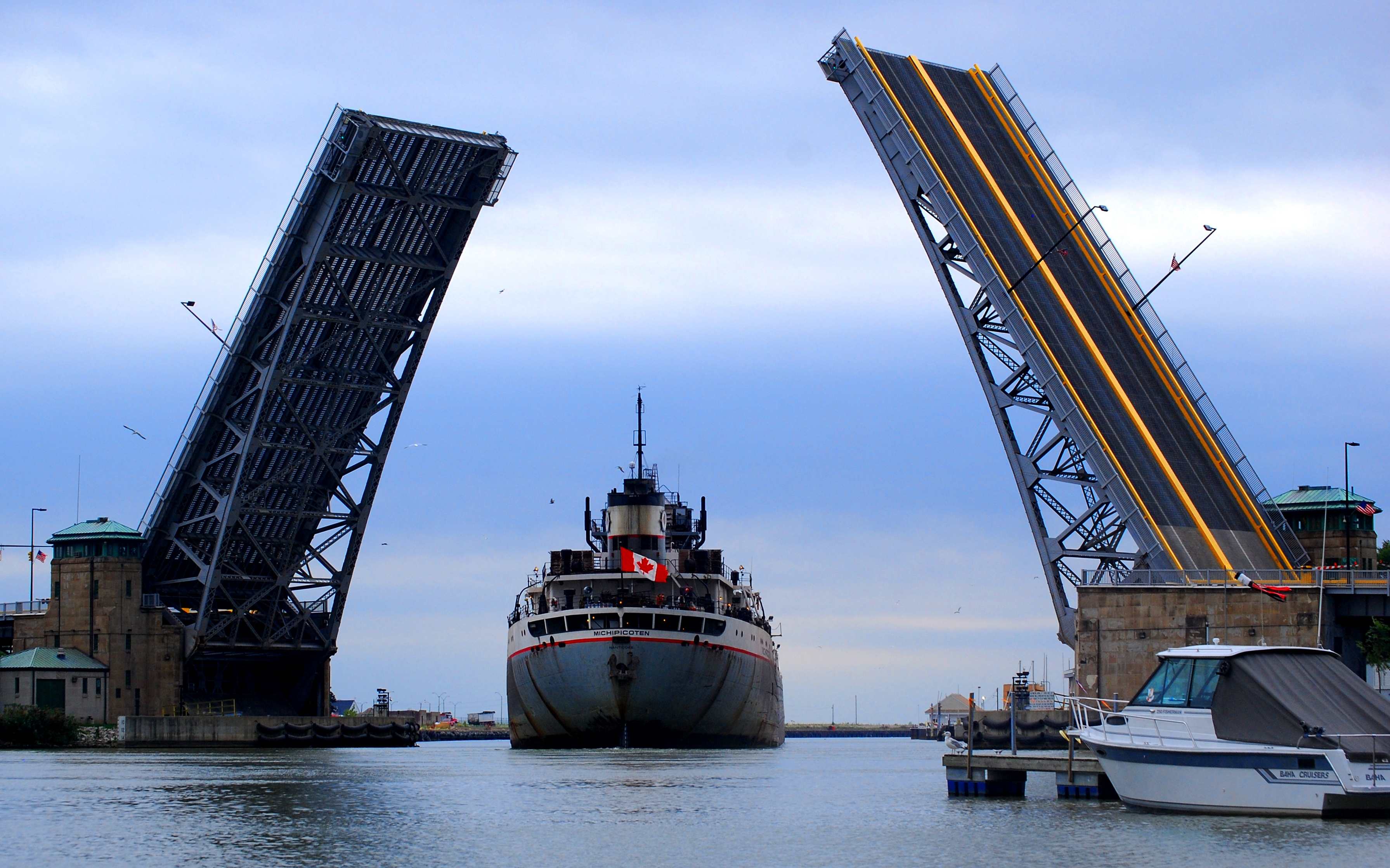 Lake_freighter_Michipicoten_enters_harbour_in_Lorain,_Ohio_-_Oct._2007